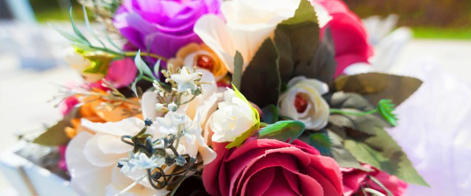 kolorowy bukiet ze sztucznych kwiatów